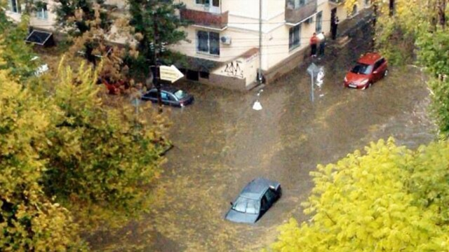 Всю ночь пожарные и спасатели Ростова-на-Дону ликвидировали результаты мощного дождя