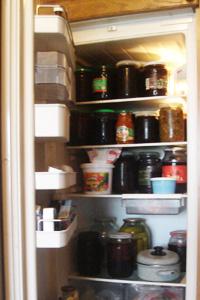 С неприятным запахом в холодильнике справится кофе